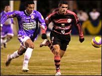 Real Potosi's Edwin Rodriguez tracks Flamengo's Donato Suarez