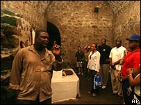 Turistas en un castillo donde retenían esclavos en Ghana, el pasado 4 de febrero de 2007