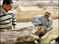 تمثال خشبي عثر عليه في سقارة