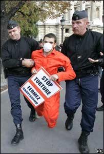 Un activista de Amnistía Internacional protesta ante la embajada estadounidense en Paris.