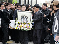 Mourners hold a picture of South Korean singer Yuni on 22 January 06