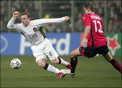 Man Utd's Wayne Rooney evades a challenge from Mathieu Bodmer