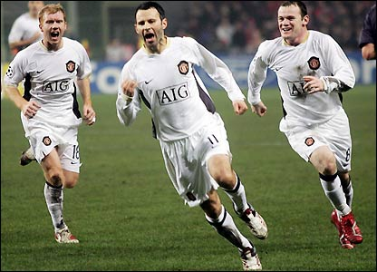 Paul Scholes, Giggs and Rooney celebrate the winner