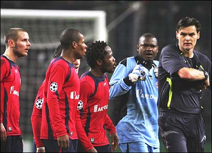 Lille players surround referee Eric Braamhaar
