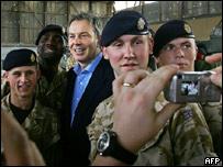 Tony Blair visitando a las tropas en Irak.