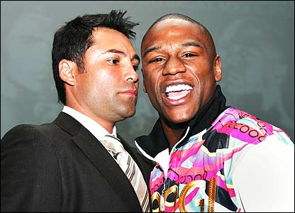 Oscar de la Hoya (left) and Floyd Mayweather