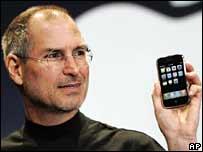 Steve Jobs muestra en iPhone.