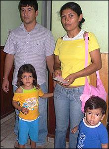 Familia en el Hospital de Barrio Obrero, Asunción. El padre acusa síntomas de dengue.