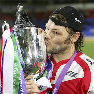 Keiron Cunningham kisses the trophy