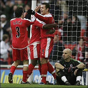 Mark Viduka celebrates as Reading goalie Marcus Hahnemann looks dejected