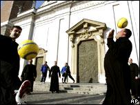 Sacerdotes jugando con pelotas de f�tbol