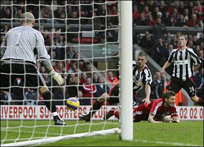 Steven Gerrard evades the Sheffield United defence
