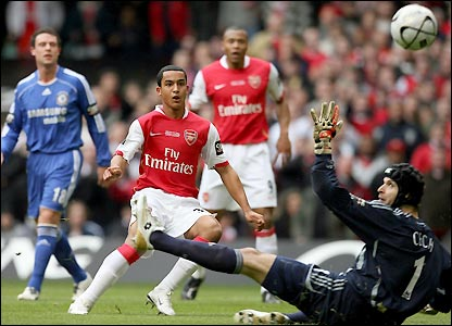 Walcott beats Petr Cech to give Arsenal the lead