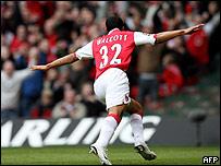 Theo Walcott celebra. Con 17 a�os abri� la cuenta en Cardiff.