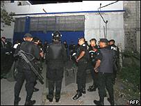 Policías frente a la prisión El Boquerón