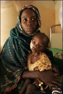 Sudanesa desplazada con hijo