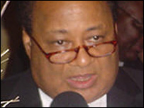 Willis le frotte avec le poing (photo : L'analyste www.analystliberia.com)