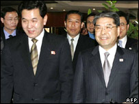South Korean Unification Minister Lee Jae-Joung (R) and his North Korean counterpart Kwon Ho-Ung