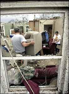 Dos personas en casa dañada por un tornado en Enterprise, Alabama.