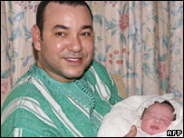 العاهل المغربي يحمل طفلته للا خديجة