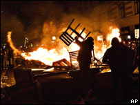 Demonstrators set fire to barricades