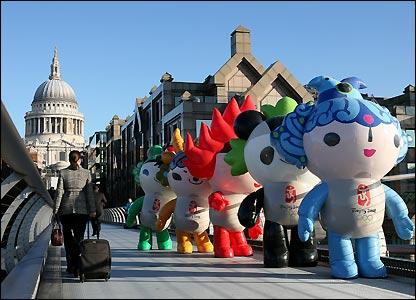 The mascots cross the Millennium Bridge