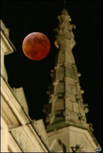 Eclipse lunar tras la Abadía de Westminster