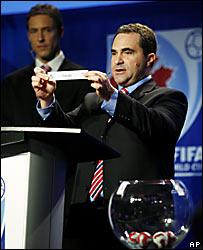 Jim Brown, director de Competencias de la FIFA, durante el sorteo de Canadá.