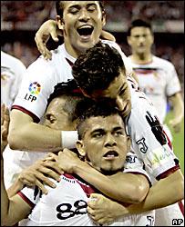 Daniel Alves celebra su gol junto a sus compa�eros del Sevilla