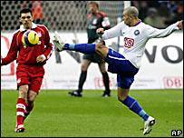 Christian Giménez (der.), del Hertha Berlín, pelea el balón con Lucio, del Bayern Munich