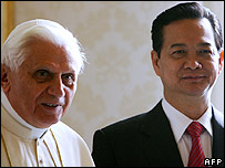 Pope Benedict XVI and Vietnam's PM Nguyen Tan Dung at the Vatican on 25 January 2007