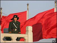 Bandera y soldado chino
