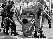 Manifestante detenido por la policía durante el régimen militar en 1982