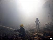 رجال إطفاء يسعون لإخماد النيران وسط دمار تفجير انتحاري قرب شارع المتنبي، 5 مارس/آذار 2007
