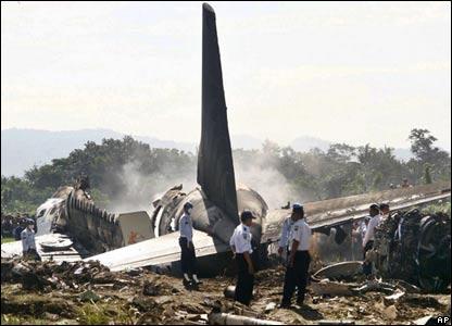 reruntuhan pesawat Boeing 737-400 Garuda