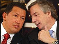 Hugo Chávez, presidente de Venezuela, escucha atento lo que su par de Argentina, Néstor Kirchner, le dice al oído