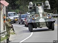 Soldados patrullan una calle de Bogotá, Colombia, en preparación para la visita de Bush.