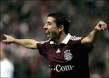 Roy Makaay celebrates Bayern Munich's opening goal