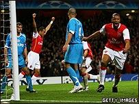 El brasileño Julio Baptista, del Arsenal, celebra el autogol de su compatriota, Alex, del PSV.