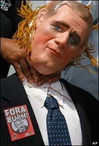 Un manifestante ahorca a una marioneta de George W. Bush