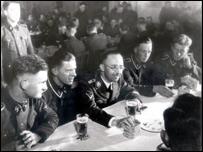 Heinrich Himmler (en el centro, con gafas), padre del Lebensborn