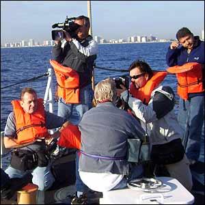 Representantes de los medios en una embarcación del servicio de guardacostas. (Foto: J.Aparisi=