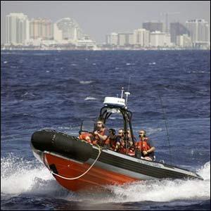 Embarcación del servicio de guardacostas participando en un ejercicio de simulacro