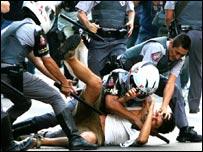 Policías reprimen a manifestantes en las calles de Sao Paulo