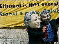 Personas disfrazadas de George W. Bush y Lula Da Silva.