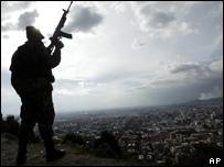 Un soldado con su arma al hombro se recorta sobre el cielo de Bogot� en los d�as previos a la visita de Bush