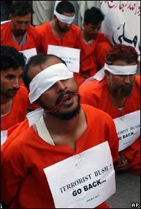 Activistas protestan en Pakistán contra la prisión de Guantánamo