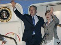 George W. Bush y su esposa Laura llegan al aeropuerto Carrasco de Montevideo
