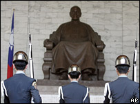 Taiwanese soldiers in front of a statue of Chiang Kai-shek