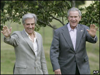 US President George W Bush (r) and President of Uruguay Tabare Vazquez